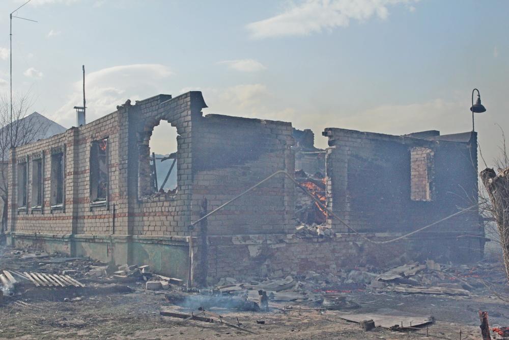 От огня пострадали пять жилых, шесть нежилых домов и одна хозпостройка