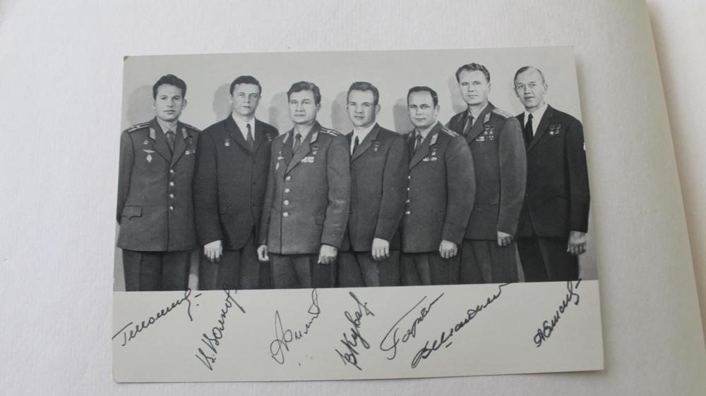 Фотография с личными подписями советских космонавтов