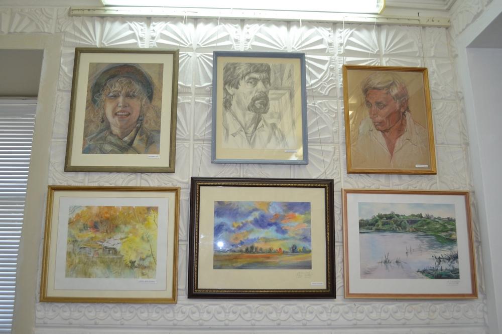 В экспозиции представлены пейзажи и портреты