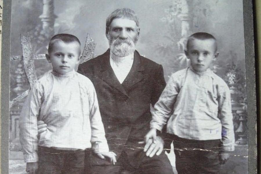 Отец Николая Кузьма Рыбка с внуками Виктором и Петром