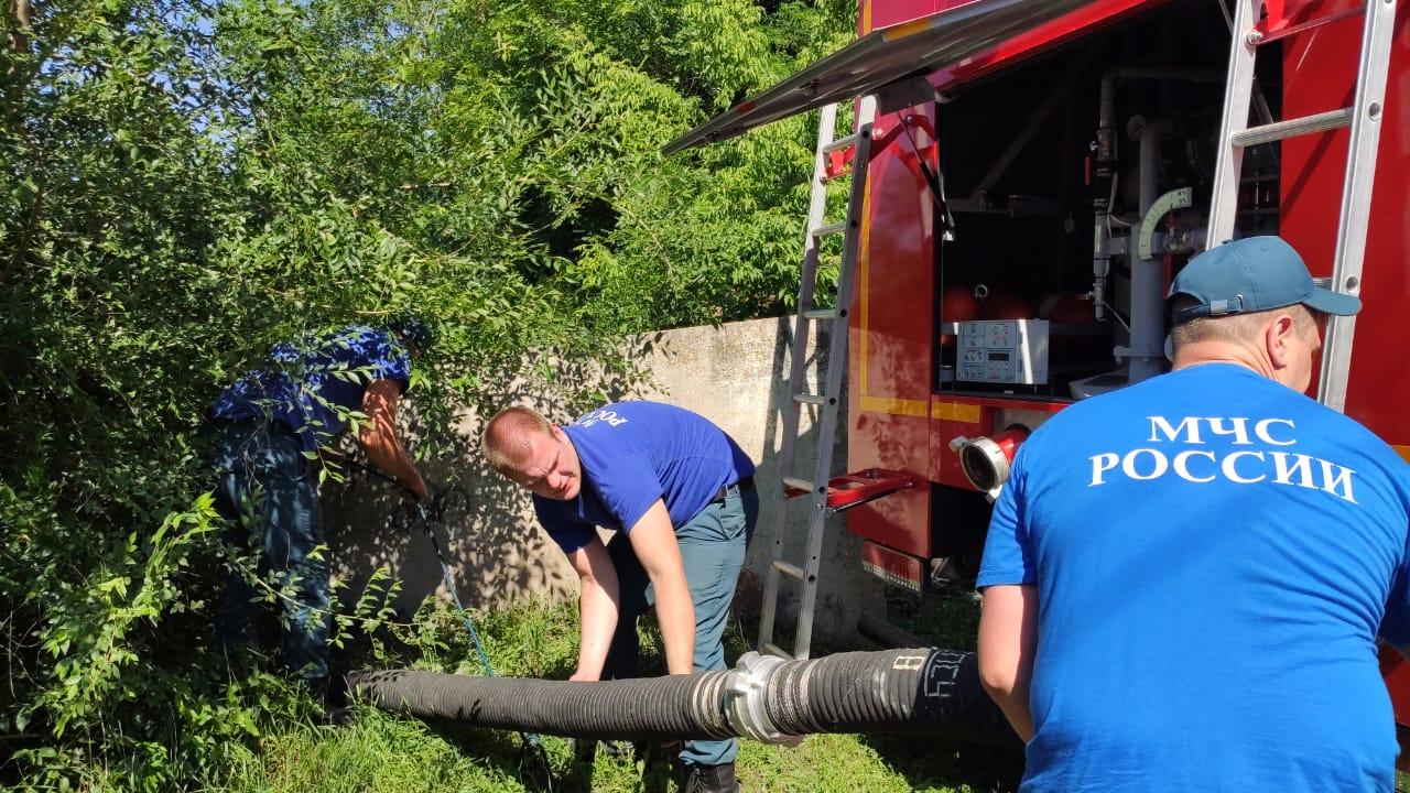 МЧС откачивает воду на левом берегу Воронежа