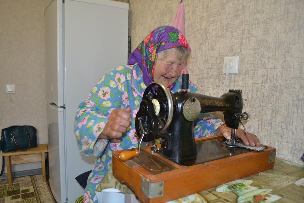 Мария Степановна пробует шить на машинке