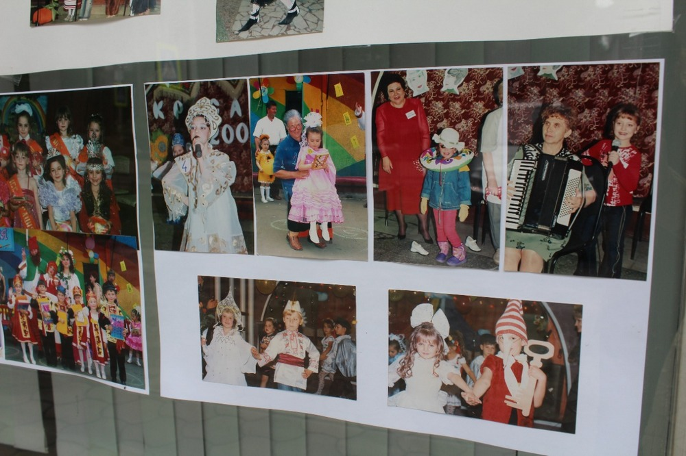 Фотграфии разместили в окнах ДК