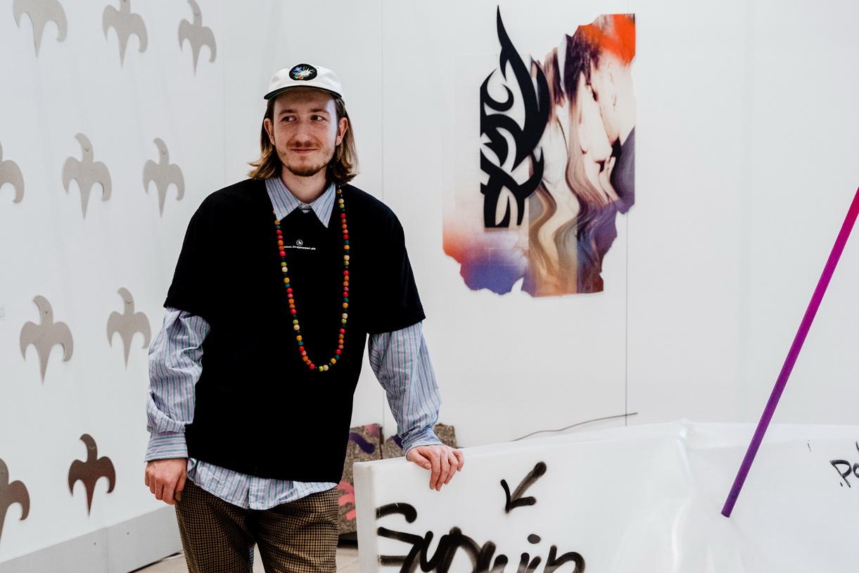 Миша Гудвин рядом со своей работой