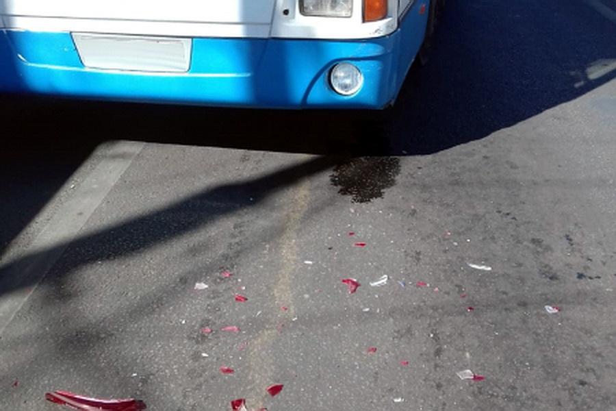 Автобус врезался в легковушку в Воронеже