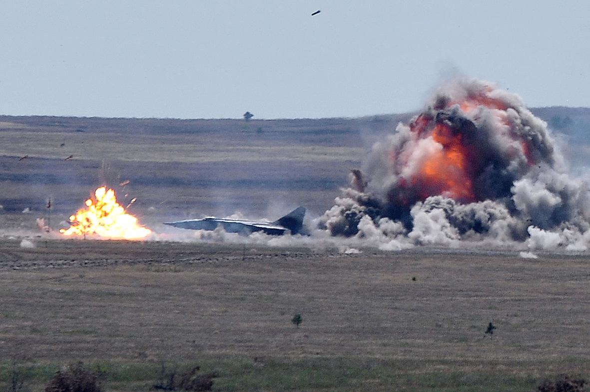 """Su-25 stírají z povrchu zemského obrněnou techniku """"nepřítele"""": záběry z kabiny"""