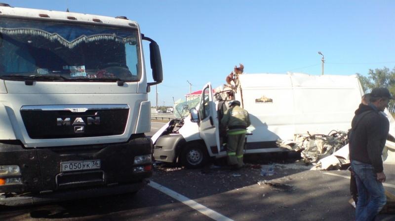 ВВоронежской области фургон сптицами врезался вфуру: пассажир Peugeot (Пежо) умер