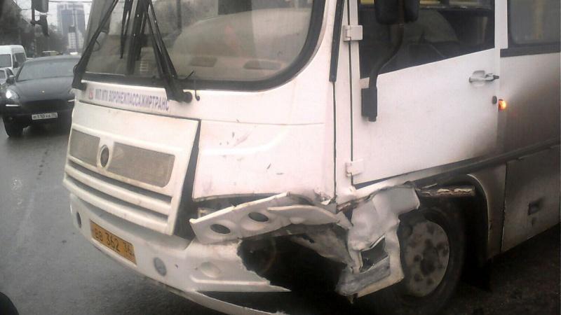 Вцентре Воронежа столкнулись пассажирский автобус илегковушка, создалась  пробка