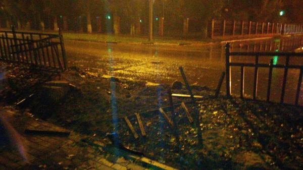 ВВоронеже автомобилист протаранил забор иврезался вдом