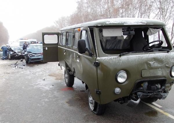 Вужасном столкновении 3-х машин наворонежской трассе пострадали 4 человека