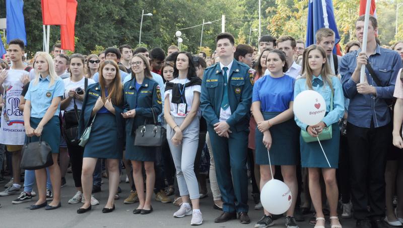 rossiyskie-studenti-otdihayut-v-bane-devushki-v-bele-zazhigayut-foto