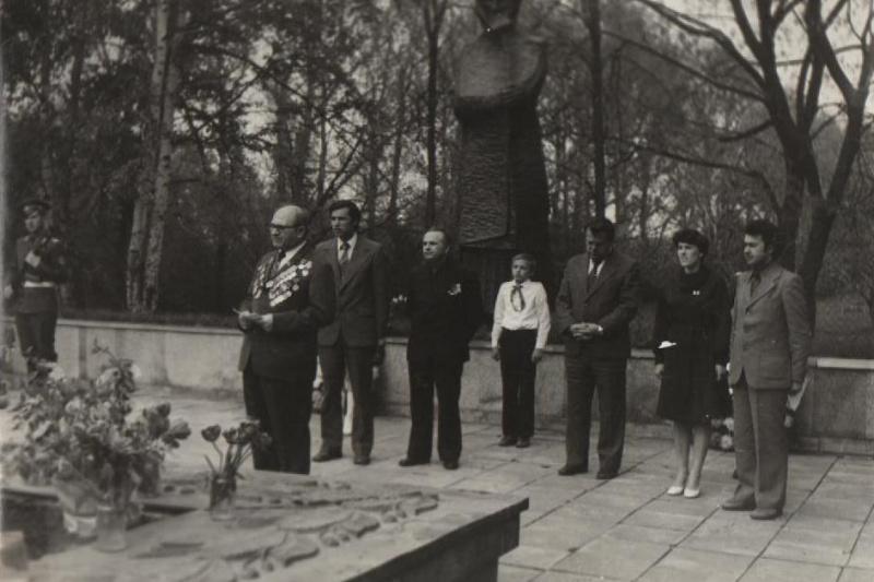 митинг на бр. могиле 15 9 мая 8 мая 1979.jpg