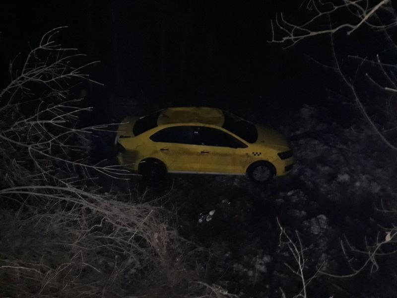 Автомобиль такси спассажиром перевернулся вВоронеже