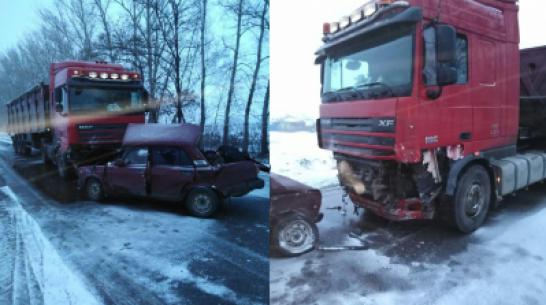 В столкновении «семерки» и фуры в Воронежской области погибли ребенок и 2 взрослых