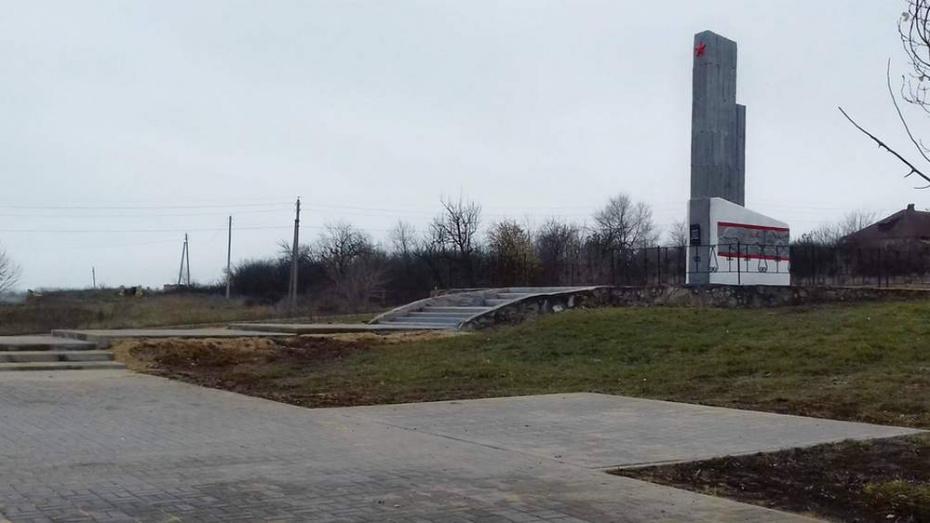 В новохоперском поселке Долиновский отремонтировали памятник погибшим в годы ВОВ землякам