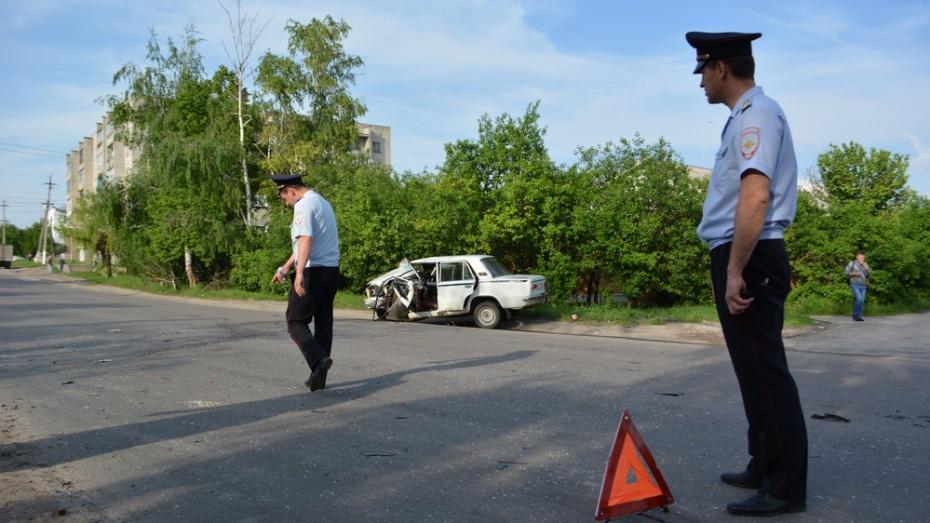 В Острогожске столкнулись микроавтобус Citroen и ВАЗ