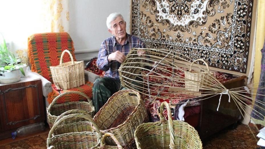 Ветеран труда из Петропавловки плетет лучшие в районе корзины из лозы