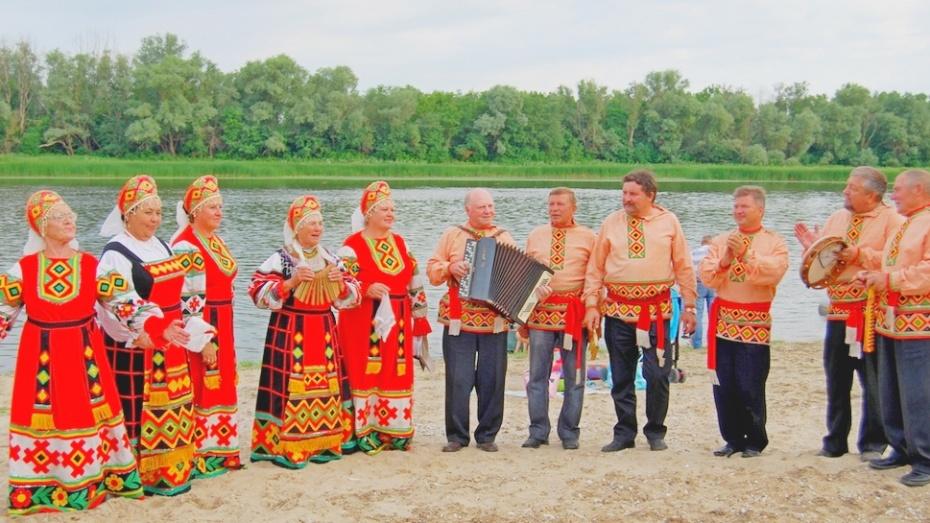 Бутурлиновцы спели песни над Доном