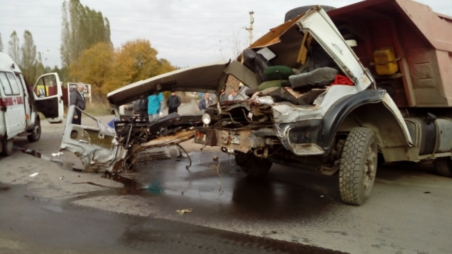 ВВоронеже столкнулись два «КАМАЗа»: пострадал 58-летний шофёр
