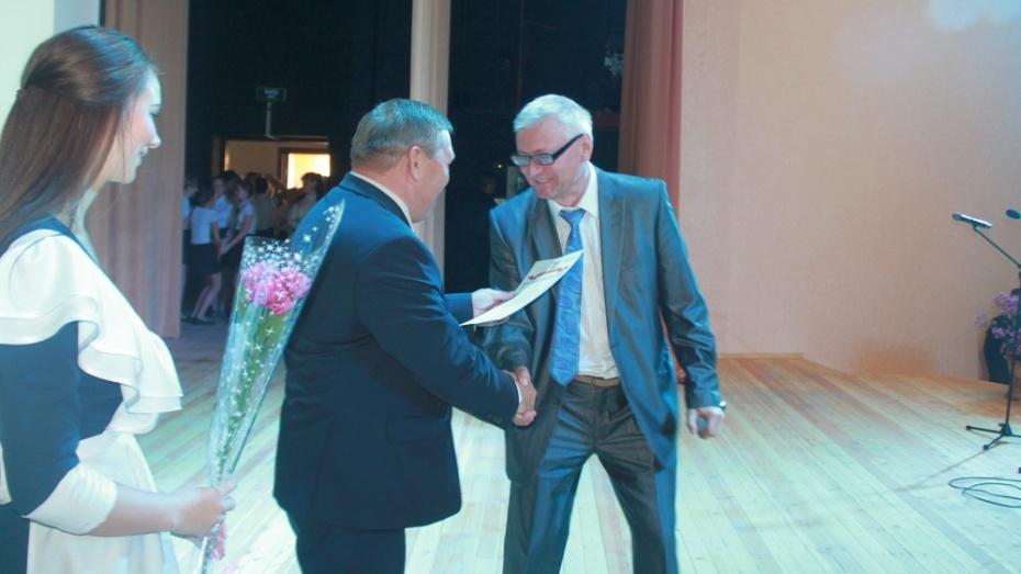 В канун Дня учителя почетные грамоты получили 40 хохольских педагогов
