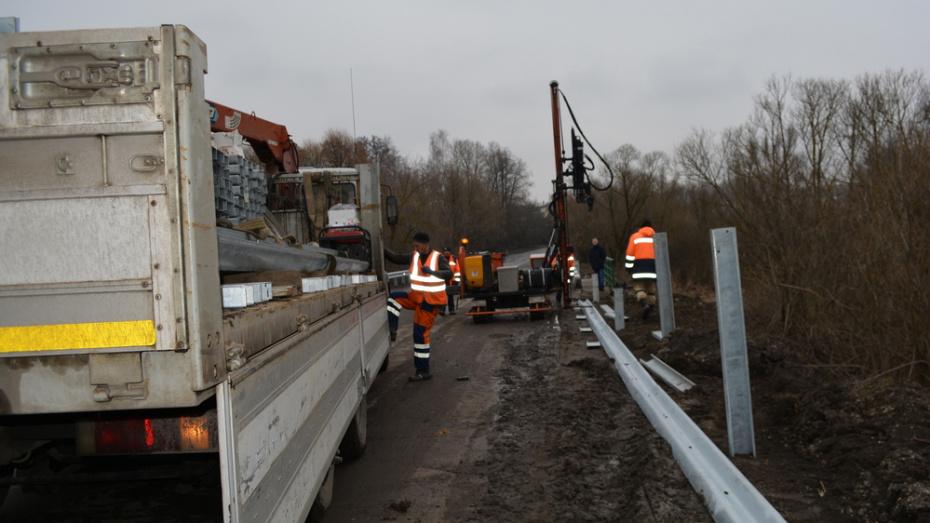 В Нижнедевицком районе на опасных участках региональных дорог установили новые ограждения