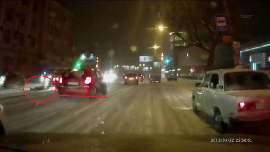 В Сети появилось видео, как в Воронеже мужчину, перебегавшего дорогу, сбили сразу две машины