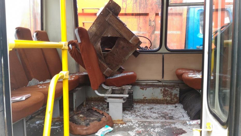 Медики сообщили еще об одной пострадавшей после падения ковша мусоровоза на ПАЗ в Воронеже