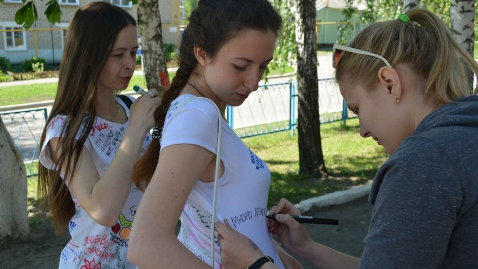 Нижнедевицким выпускникам педагоги написали пожелания на футболках