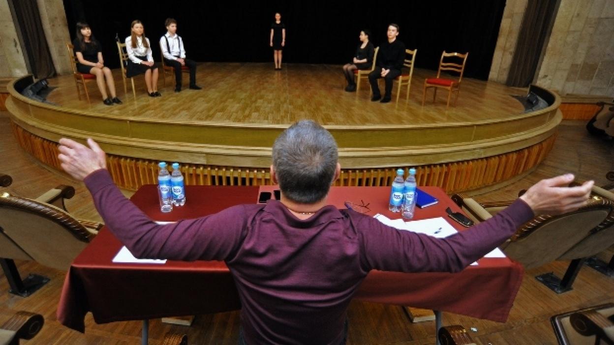 В Воронеже на отборочном туре в школу Табакова подростков заставляли громко ругаться и признаваться в любви