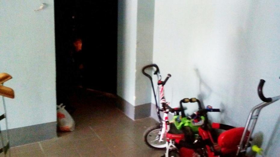 Выживший мальчик провел в воронежской квартире с мертвыми родными больше суток