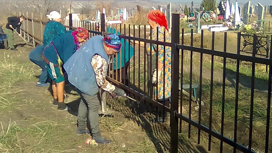 Активисты россошанского хутора Кокаревка благоустроили кладбище