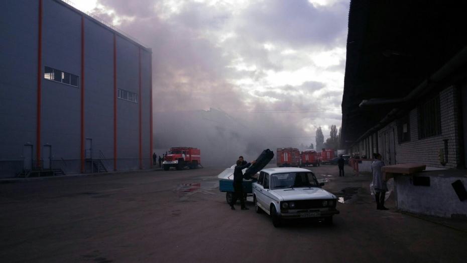 ВВоронеже 14 пожарных отделений гасят сильный пожар наскладе