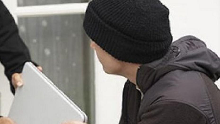 В Павловске подростки украли у чиновницы ноутбук