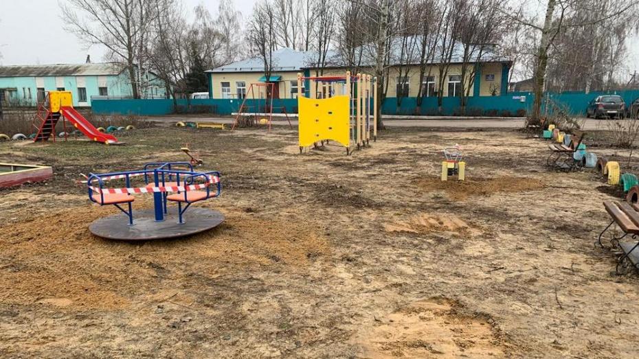 В Павловске на пяти детских площадках установили карусели и тренажеры
