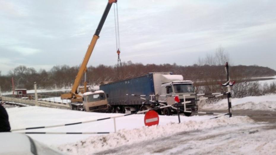 В Острогожском районе полуприцеп КамАЗа съехал с моста и провалился под лед