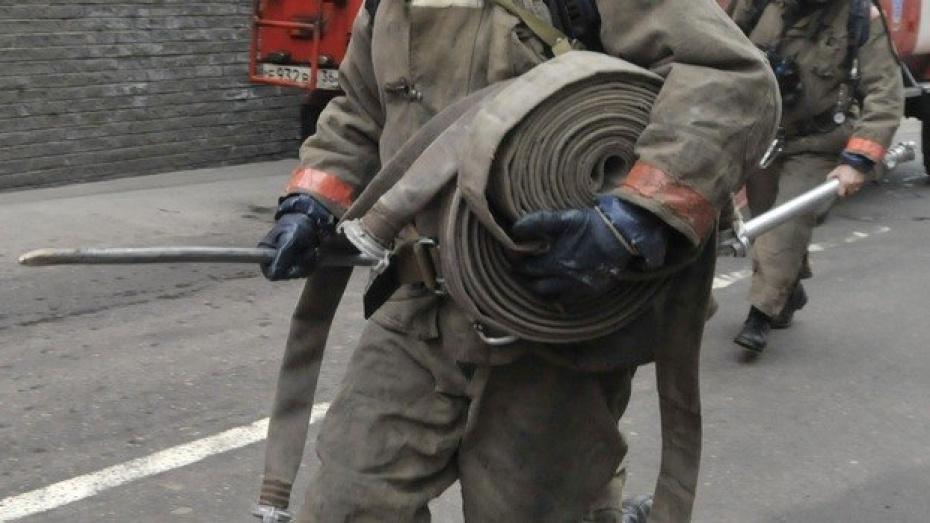 В Воронеже на проспекте Патриотов сгорел ремонтный цех автосалона