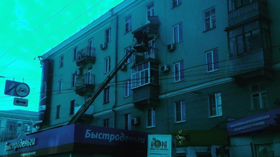 Вцентре Воронеже часть балкона обрушилась напавильон микрозаймов