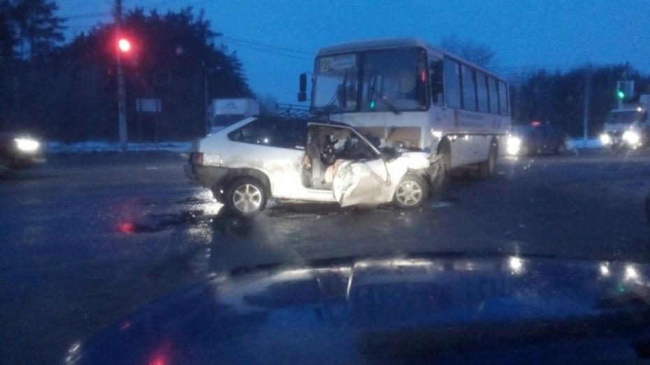 В Воронеже маршрутный «ПАЗ» столкнулся с «ВАЗом»: есть пострадавшие