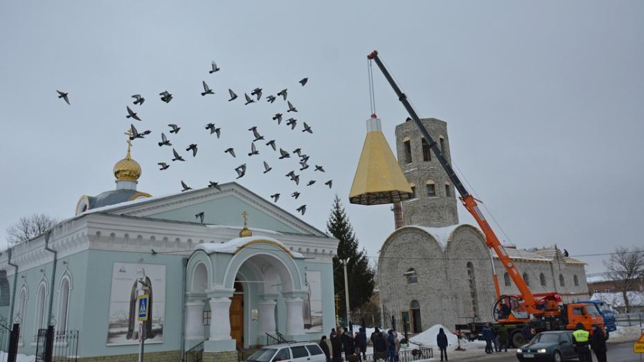 В Острогожске на строящемся духовно-просветительском центре установили купол с крестом