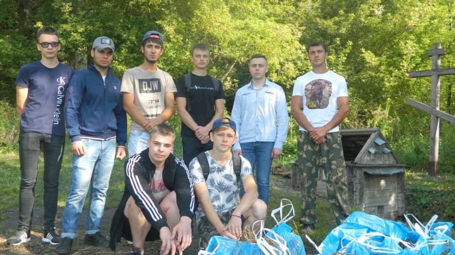 Учащиеся острогожского медколледжа очистили источник на берегу реки Тихая Сосна