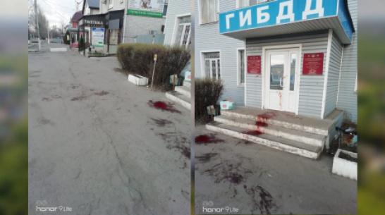 Под Воронежем жители села сфотографировали залитый кровью вход в здание ГИБДД