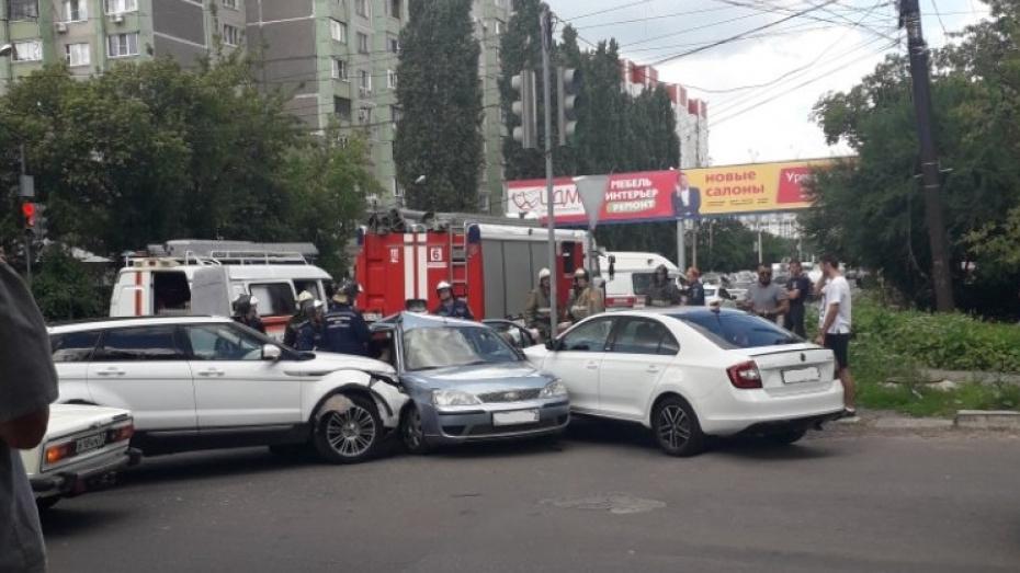 Воронежские спасатели деблокировали попавшую в ДТП женщину