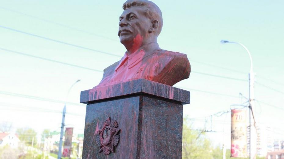 В Липецке бюст Сталина облили розовой краской