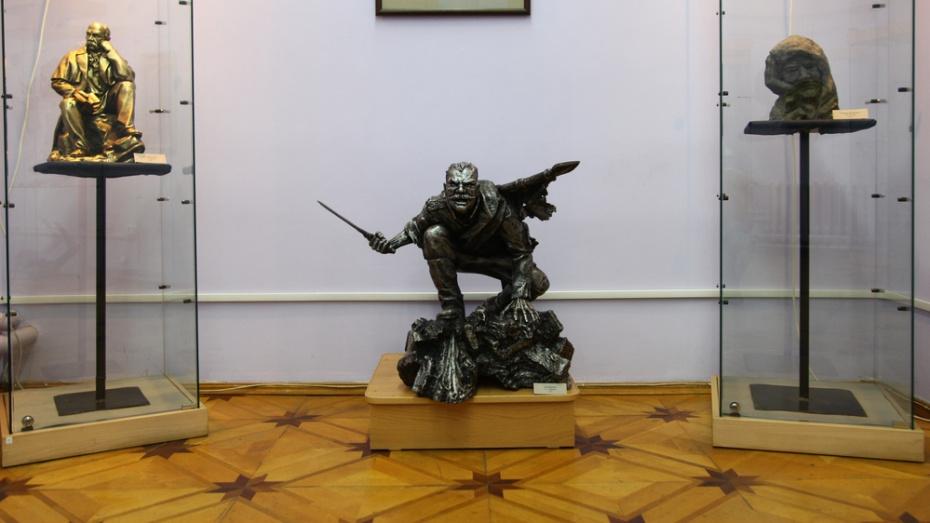 Воронежский скульптор подарил острогожскому музею свою работу