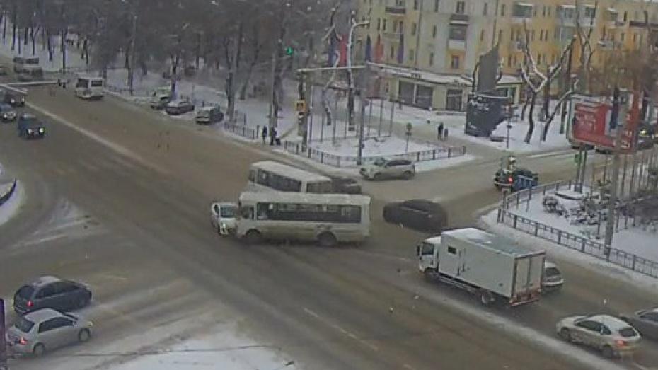 Навидео попал момент столкновения ПАЗика синомаркой наоживленном перекрестке Воронежа