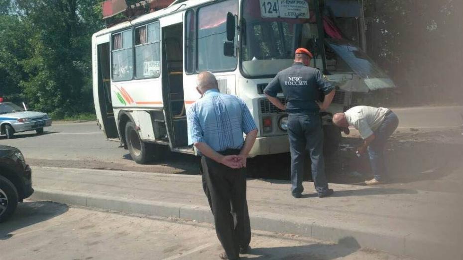 Очевидцы: под Воронежем при столкновении иномарки и ПАЗа пострадали 4 человека