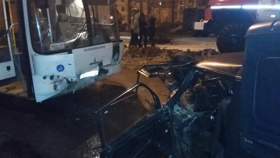 ВВоронеже легковушка столкнулась смаршрутным автобусом: один погибший
