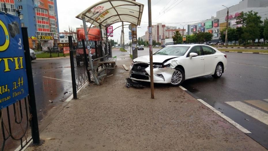 В Воронеже Lexus протаранил остановку: один человек пострадал