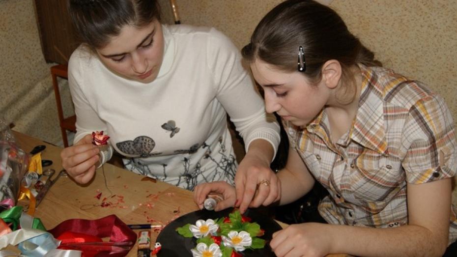 Юные рукодельницы из Поворинского района освоили «цумами канзаши»
