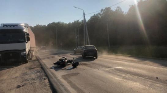 Под Воронежем в ДТП пострадали мотоциклист и его пассажир